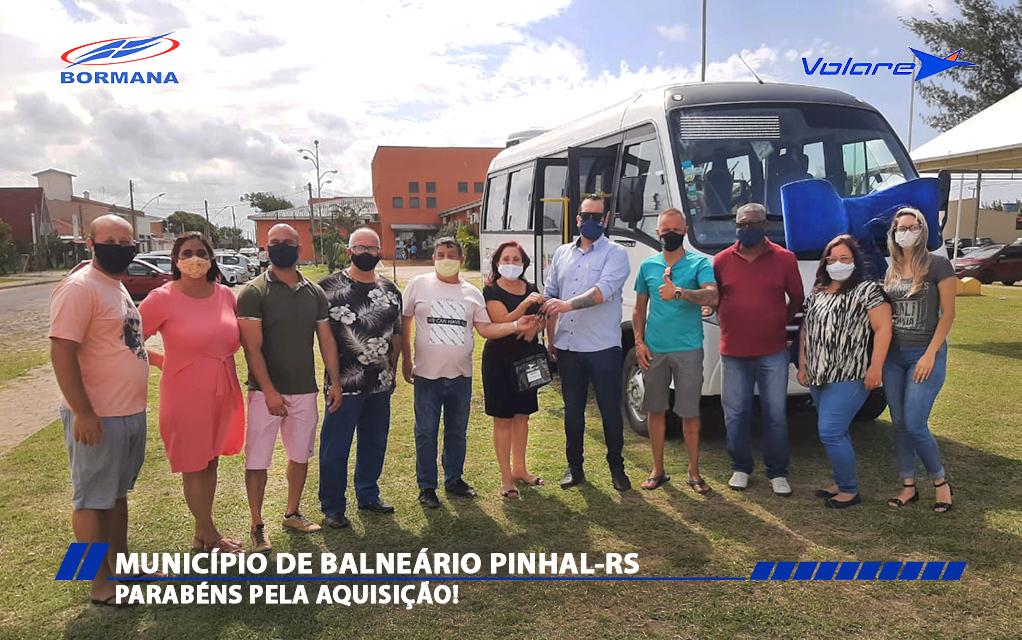O consultor Fernando Gomes realizou a entrega das chaves